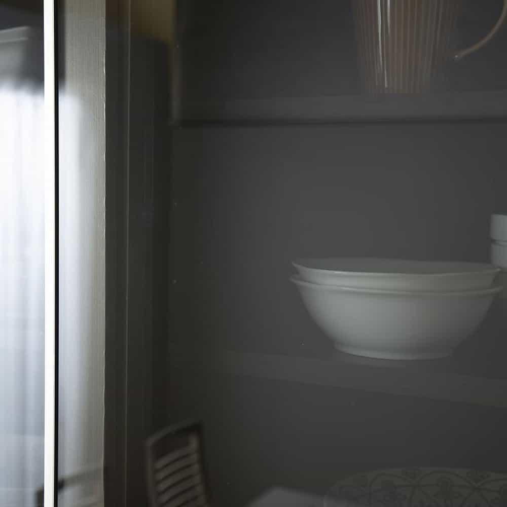 :スモークガラスで収納を隠す