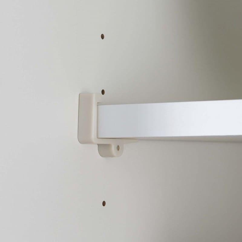 :棚板の飛び出しを防ぐストッパー付き