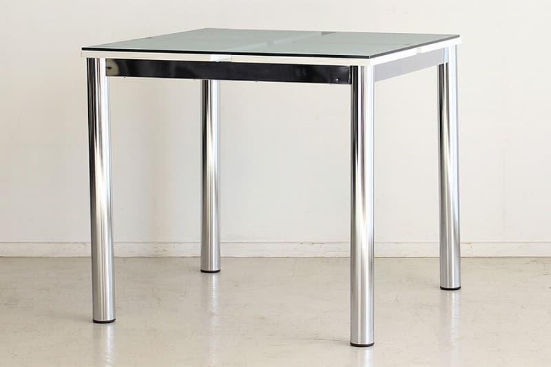 テーブル Nフレスコ 80:《ガラス越しにシャープなデザインが魅了的なモダンスタイル》