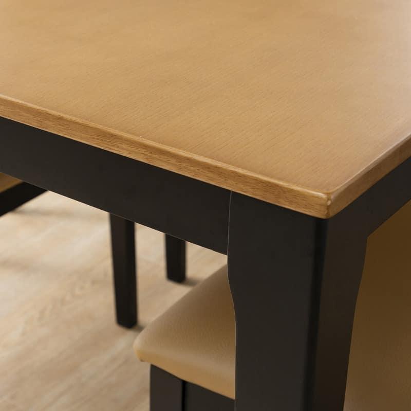 :テーブルのカラーは落ち着いたブラウンとブラックのツートンカラー