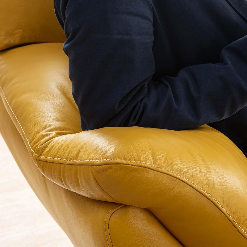2.5人掛けソファーDIO (ホワイトBV3600):ふっくら仕様のアームレスト