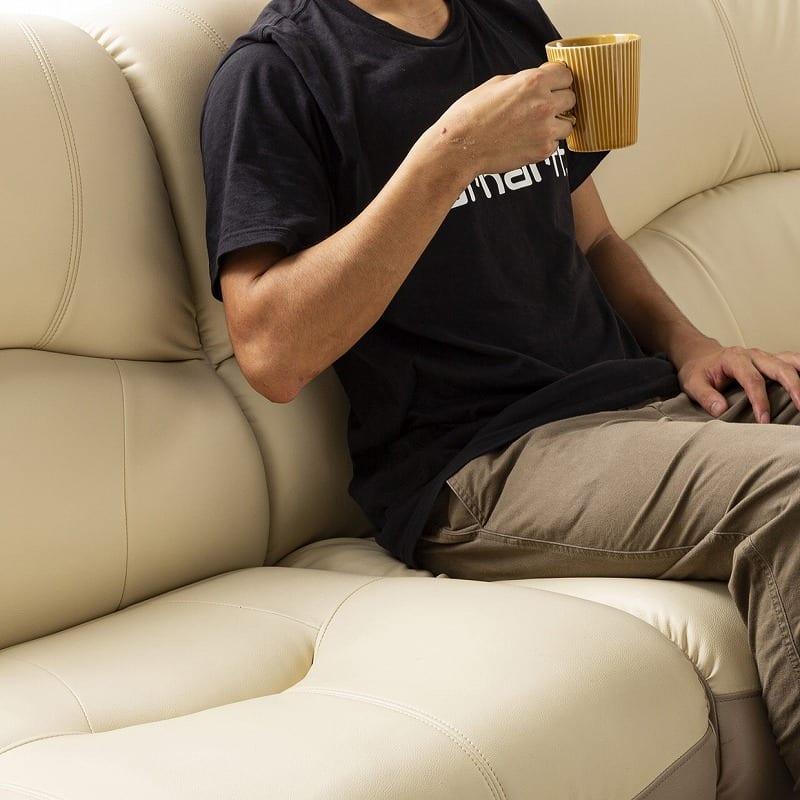 右肘付ソファー ソフティ�V 半革 (上部:ホワイト/下部:ブラック):座り心地の良い座面