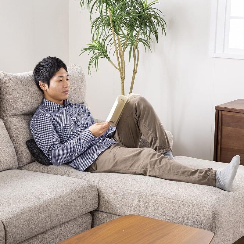 :足を伸ばして読書できる
