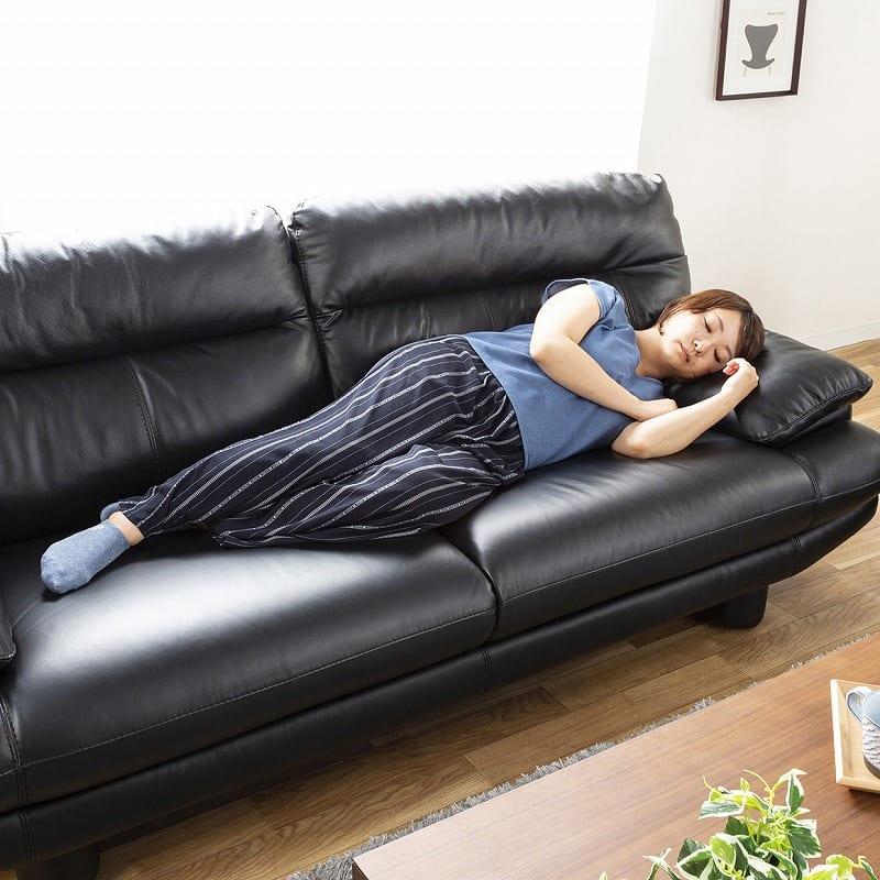 2.5人掛けソファー ドラード BV/NT−3500:肘クッションは枕としても大活躍!