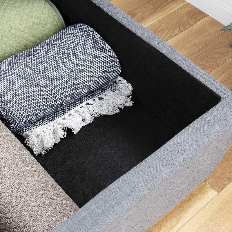 :収納スペースは布張りで傷つきにくい