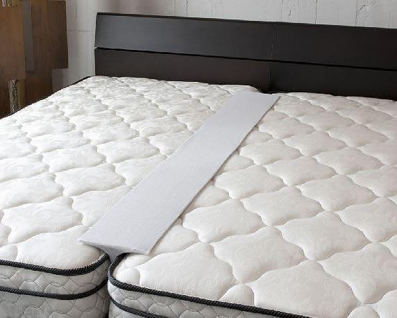 すきまスペーサー パープル:《ベッドとベットの隙間を埋める「すきまスペーサー」》