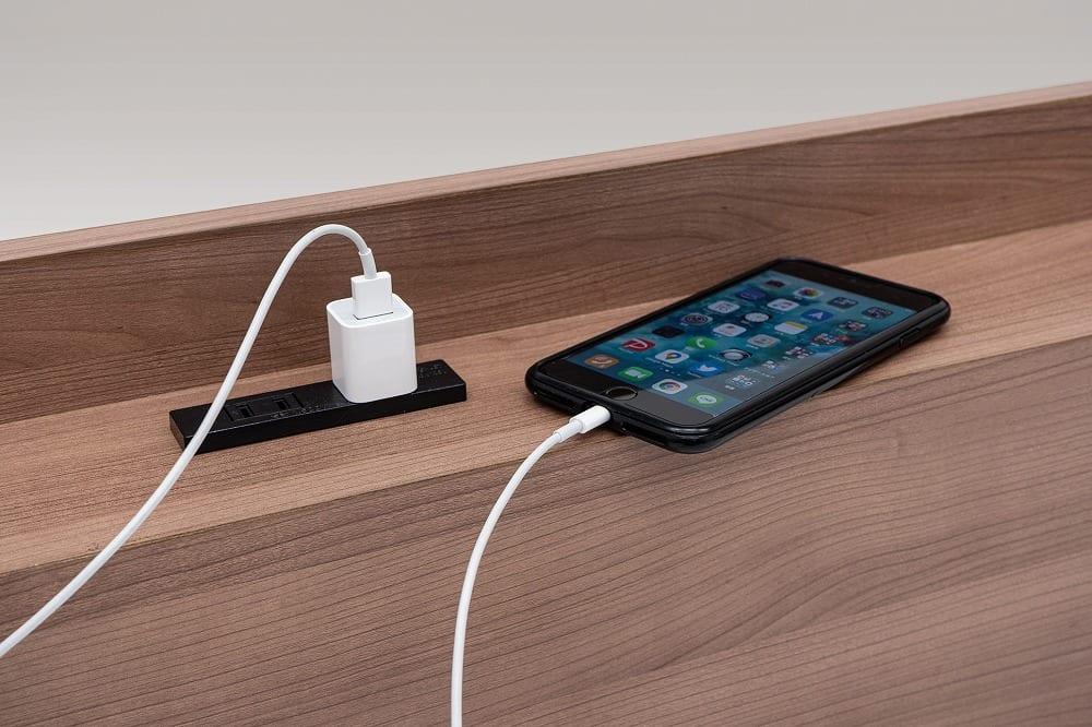 :携帯電話の充電などに便利な2口コンセント付き