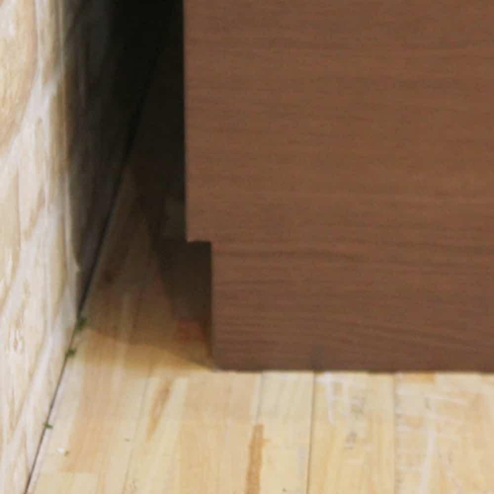 :背面は巾木よけ加工が施してあり、壁にピッタリと設置できます。