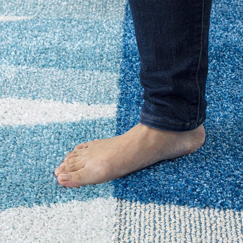 ひんやりラグ カレント130X190ブルー:厚みのある防音不織布
